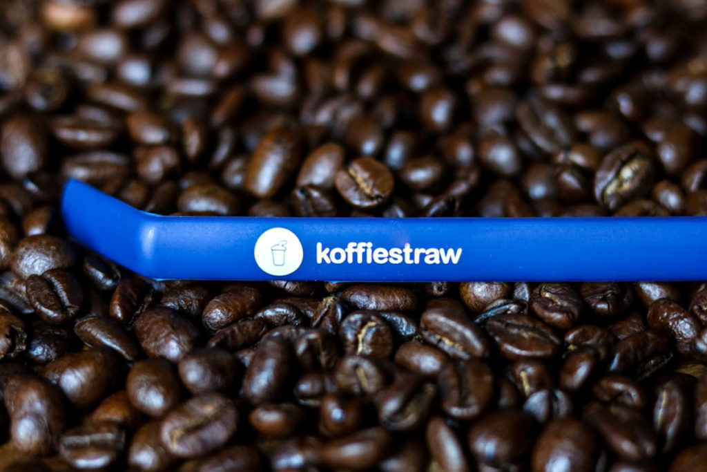 Koffie Straw sitting on coffee beans